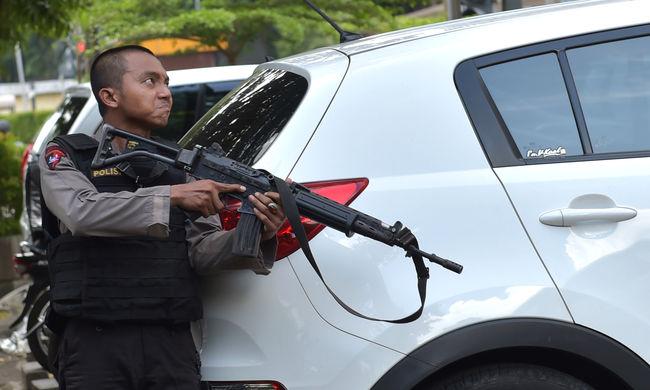 Terrorriadó: három embert elfogtak a dzsakartai merénylet miatt