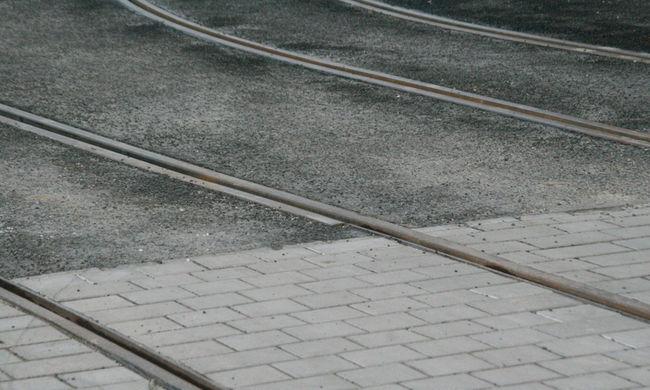 Tragédia Budapesten: elesett a villamossínen és meghalt egy fiatal fiú