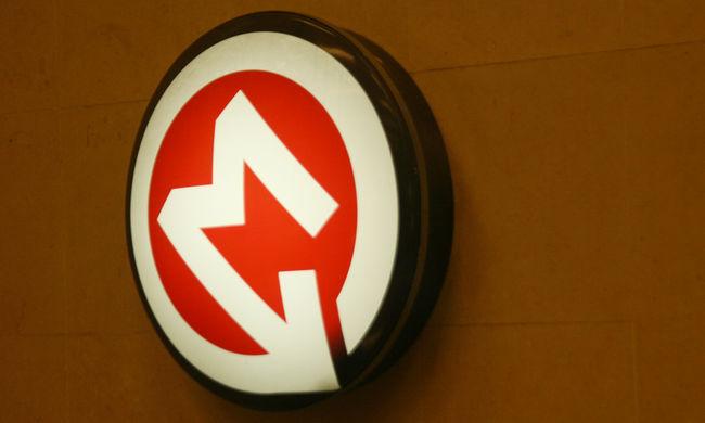 Gázolt a metró Budapesten, a nőt a tűzoltók emelték ki a metrókocsi alól