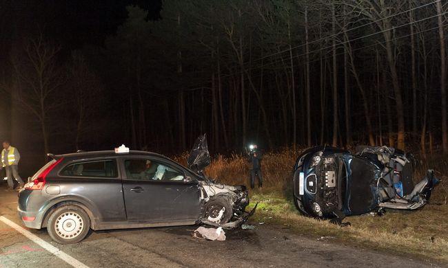 A sofőr is életveszélyben van a baleset után, amelyben hárman meghaltak