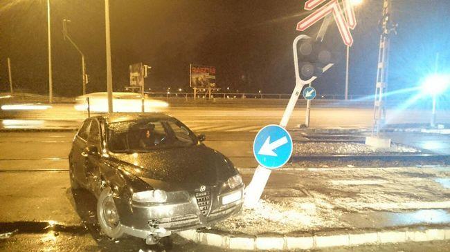 Rendőrautóval ütközött egy kocsi, a HÉV csak egy vágányon közlekedik