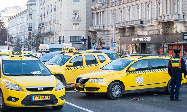 Szidják a taxisokat, nagy a dugó: nem tudják, hogy meddig tüntetnek