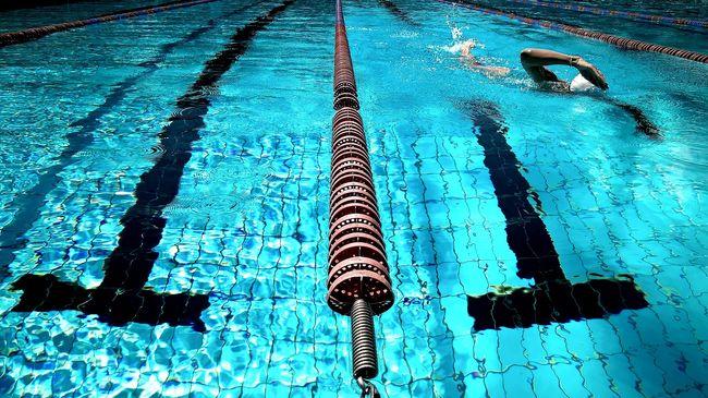 Elmaradt az úszóverseny, a hóba vetették magukat - videó