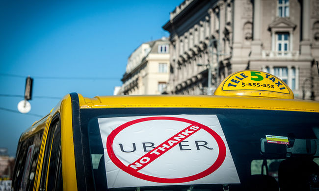 Taxisok és Uber-sofőrők veszekedtek éjszaka - videó!