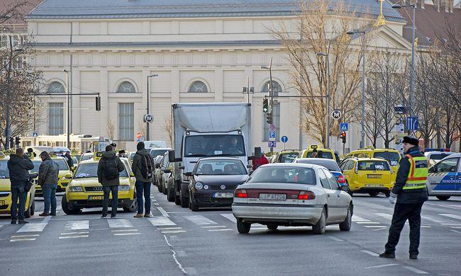 Taxisok tüntetnek: nagy a dugó, több utat lezártak