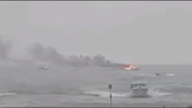 Kigyulladt egy hajó, 60 ember volt rajta - videó