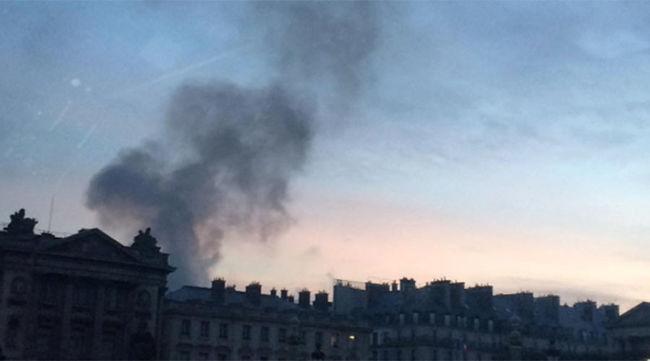 Kigyulladt egy párizsi luxusszálloda - videó!