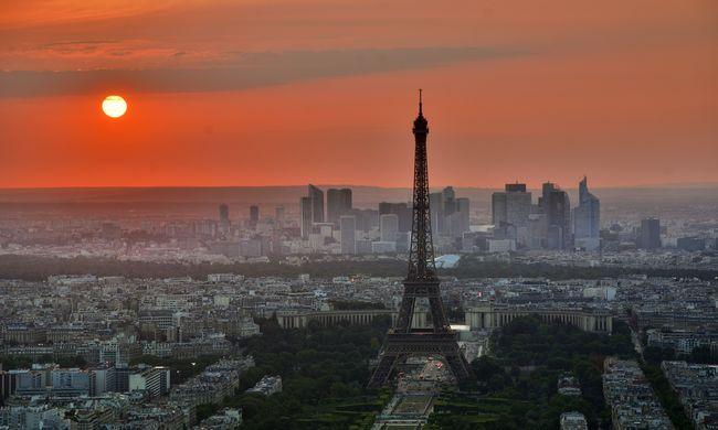 Félnek a turisták az Eiffel-toronyhoz menni