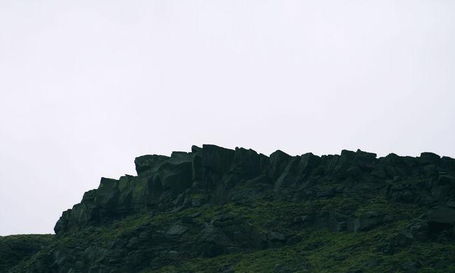Rejtélyes öltönyös halottat találtak a hegyen