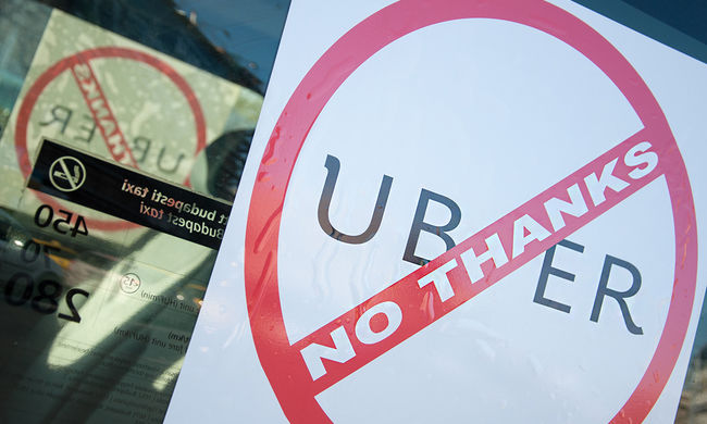 A Franciaországban betiltott Uber megnyitná a szolgáltatást a taxisofőröknek