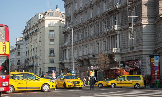 A taxisok addig maradnak az utakon, amíg nem lesz megegyezés