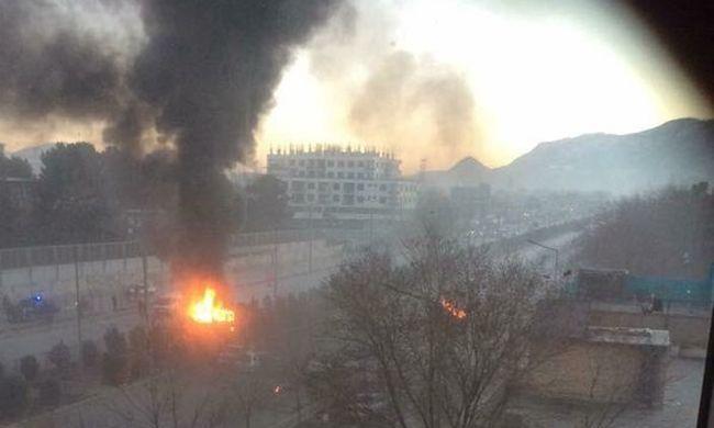 Legalább hét halott a merényletben, a tálibok robbantottak