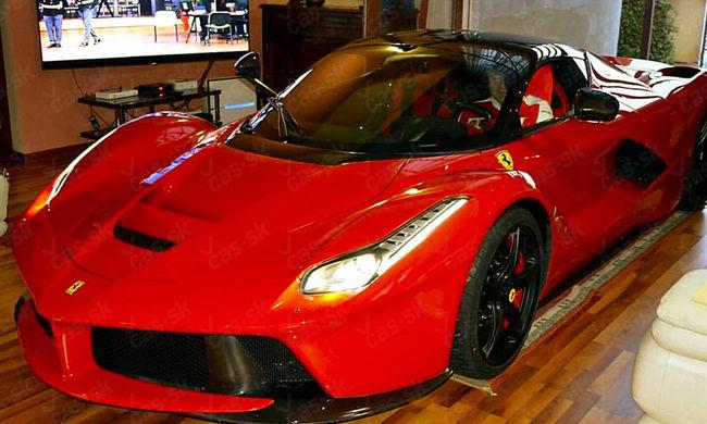 A Váci úton összetört Ferrari most egy nappaliban parkol