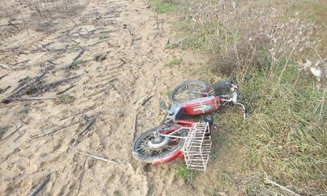 Ellopta a biciklit, majd rájött, hogy nem kell és a szántóföldön hagyta