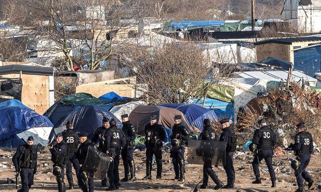 Égő szemetet dobáltak az autókra a migránsok