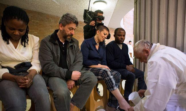 Lányok lábát is megmoshatják a katolikus papok