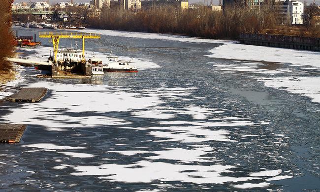 A zajló Duna a tömegközlekedést is megzavarja