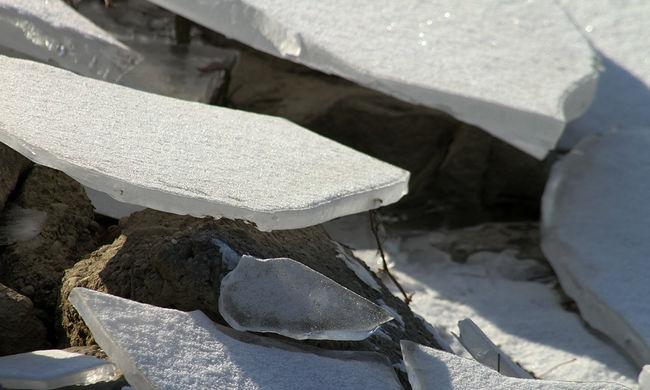 Életveszély Pest megyében: egy nő és egy férfi a jégen rekedt