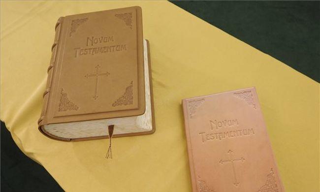 Ötezren írták a különleges Bibliát