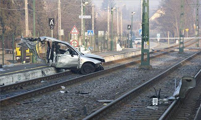 Kettészakadt az autó az ütközéstől