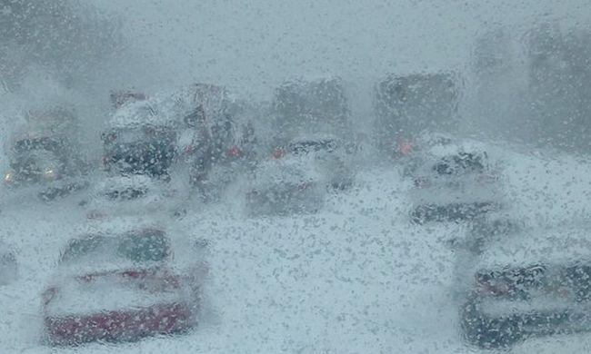 Rémálom az autópályán: 20 órán át raboskodtak egy buszban a hóvihar miatt