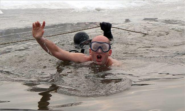Fotók: 27 métert úszott a jég alatt