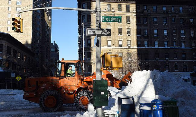 Amerikai szörnyvihar: egyes városokban megkezdték a hókotrást