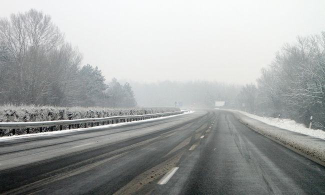 Tél van Hargita megyében, az utakat csúszásgátlóval szórják - videó