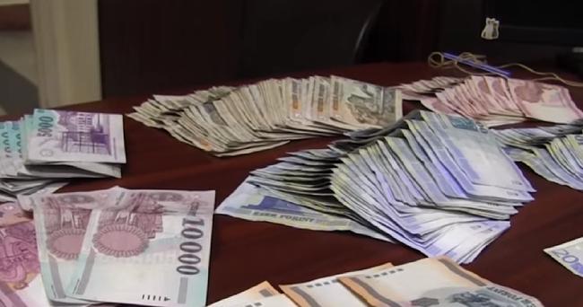 Több százezer forint és rengeteg kábítószer volt a kocsijában - videó
