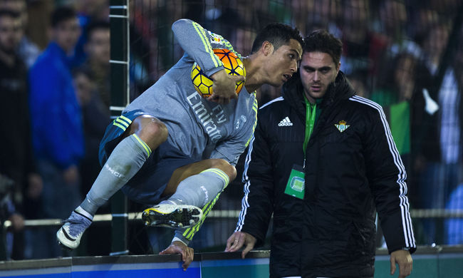 Megint megrúgta ellenfelét Cristiano Ronaldo