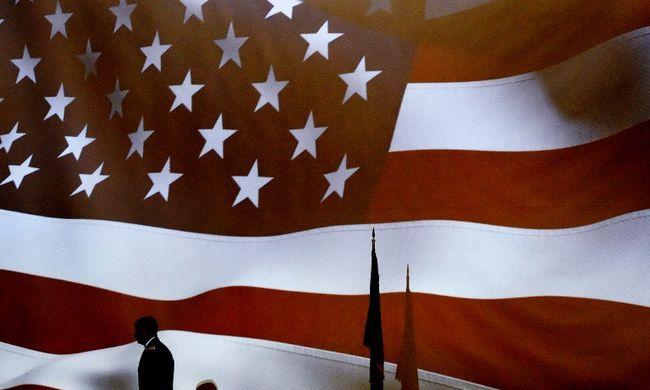 Golyószaggata amerikai zászlót árvereznek el