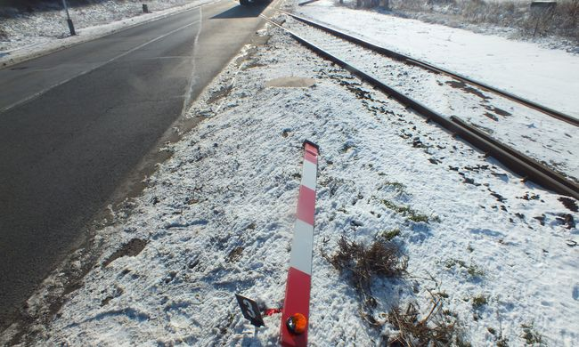 Letörte a vasúti sorompó rúdját