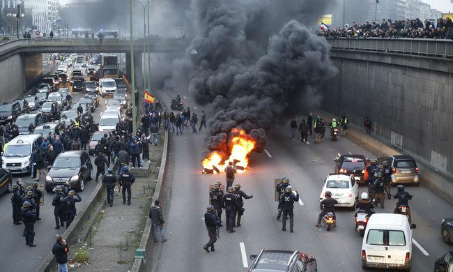 Káosz Párizsban: utakat zártak le és gyújtogattak a tüntető taxisok