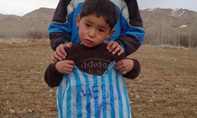 Megtalálták a kisfiút, aki szatyorból készített Messi-mezt viselt