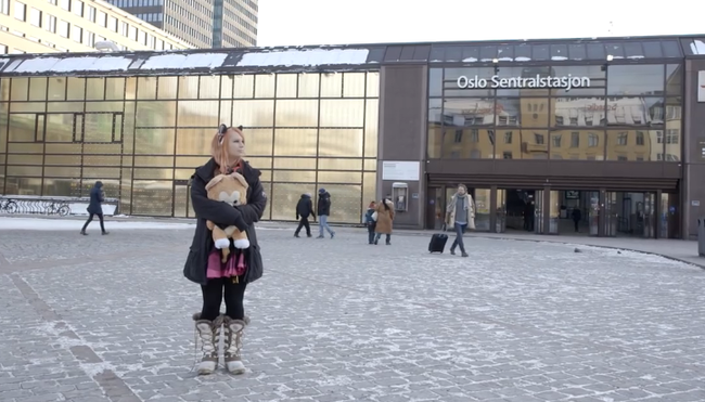 Egy lány azt állítja, hogy ő egy macska, aki rossz testbe született - videó