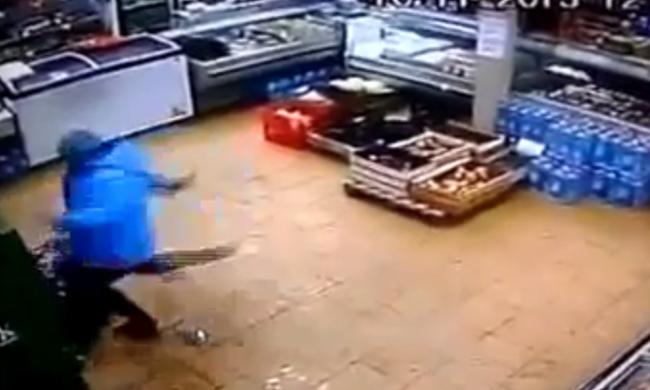 Belerúgott a földön fekvő gyerekébe az ideges anya, majd kidobta az utcára - videó