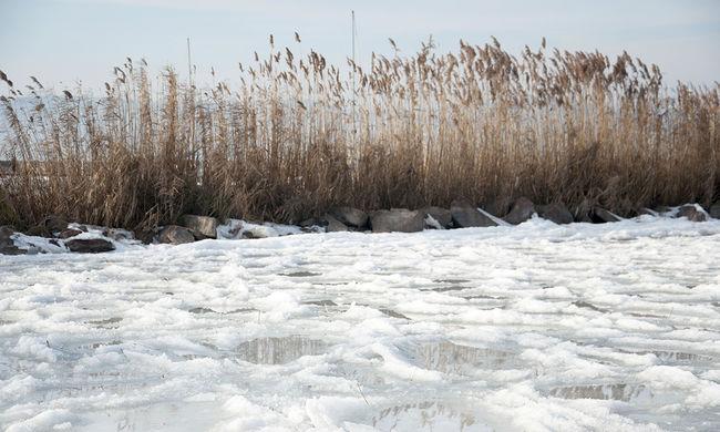 Valakinek szórakoztató, ha tönkreteszi a Balaton jegét