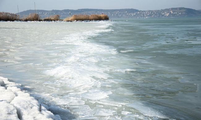 Beszakadt a jég egy kerékpáros alatt, a vízimentőknek kellett kimenteni