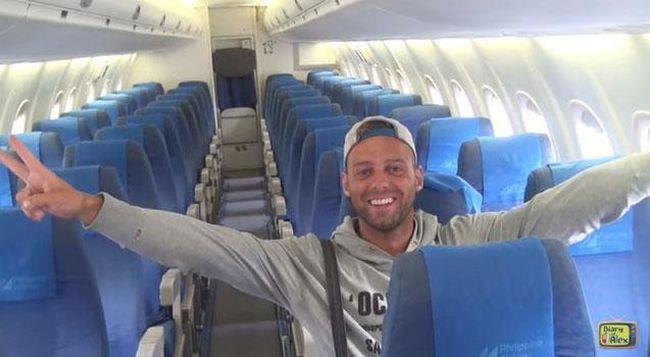 Két pilóta, két stewardess - és egyetlen utas a gépen