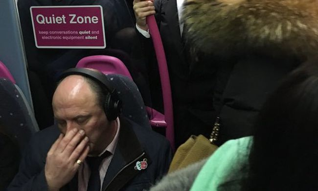 Bevizeltek az üzletemberek a vonaton a tömeg miatt