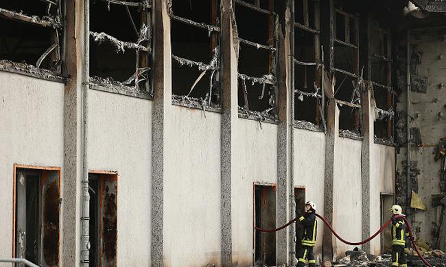Felgyújtottak egy menekültszállást, a migránsok az ablakon át ugrottak ki