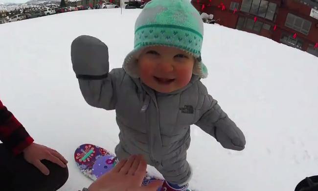 Életében először snowboardozik az egyéves baba - videó