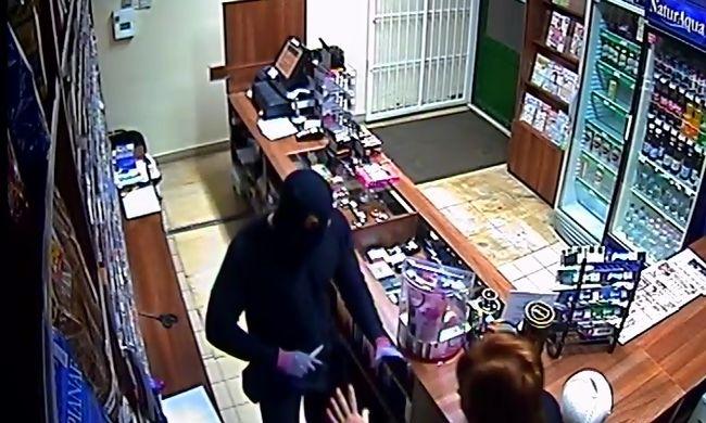 Késsel fenyegetőzve rabolt ki egy dohányboltot, a rendőrség keresi