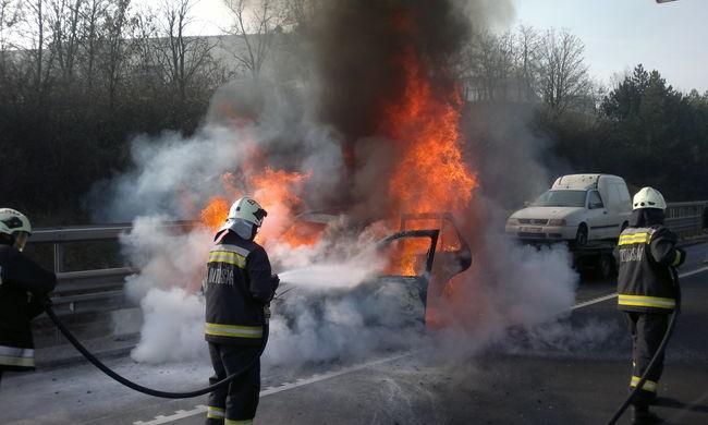 Így égett egy kocsi az M0-son - fotók