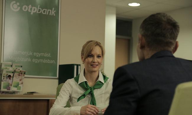 Nem vicc: bankárokra cserélik a humoristákat