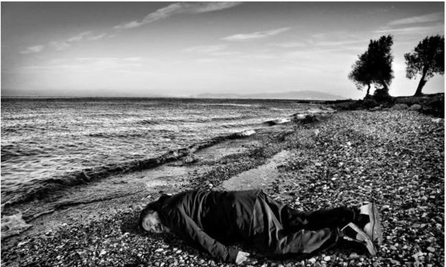 """""""Hátborzongató"""": a tengerbe fulladt szír kisfiú pózában fotóztatta magát a kínai művész"""
