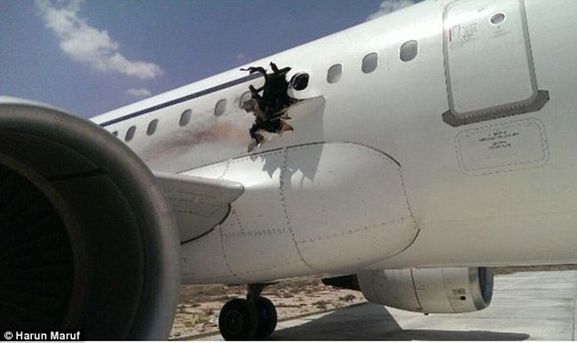 Bomba robbanthatta ki a repülőgép oldalát, kieshetett az egyik utas