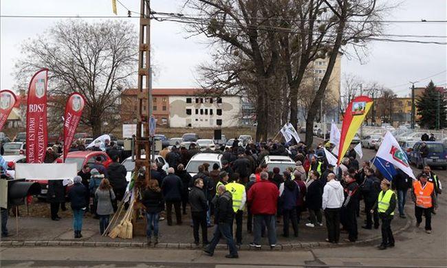 Több százan demonstráltak a buszsofőr mellett Miskolcon