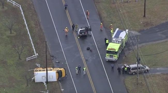Gyerekekkel teli iskolabusz borult fel, egy halott - videó