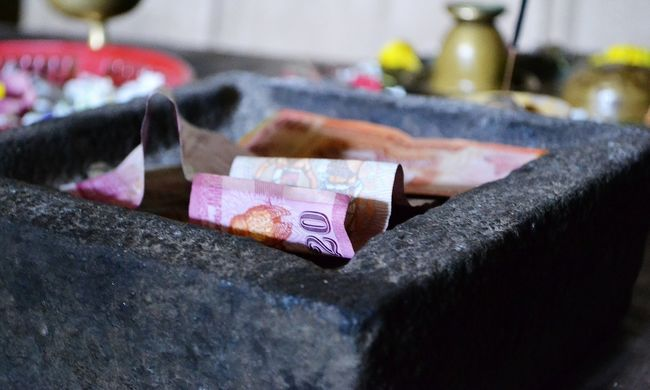 Korrupció: bajban van két képviselő és az adóhatóság emberei